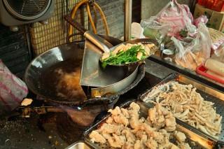 大型旅遊網站易遊網日前舉辦「最強台灣夜市小吃 你愛哪一味」調查,發現網友最愛的夜市小吃不是雞排,也不是大腸麵線,而是鹽酥雞。(圖/Flickr chia ying Yang)