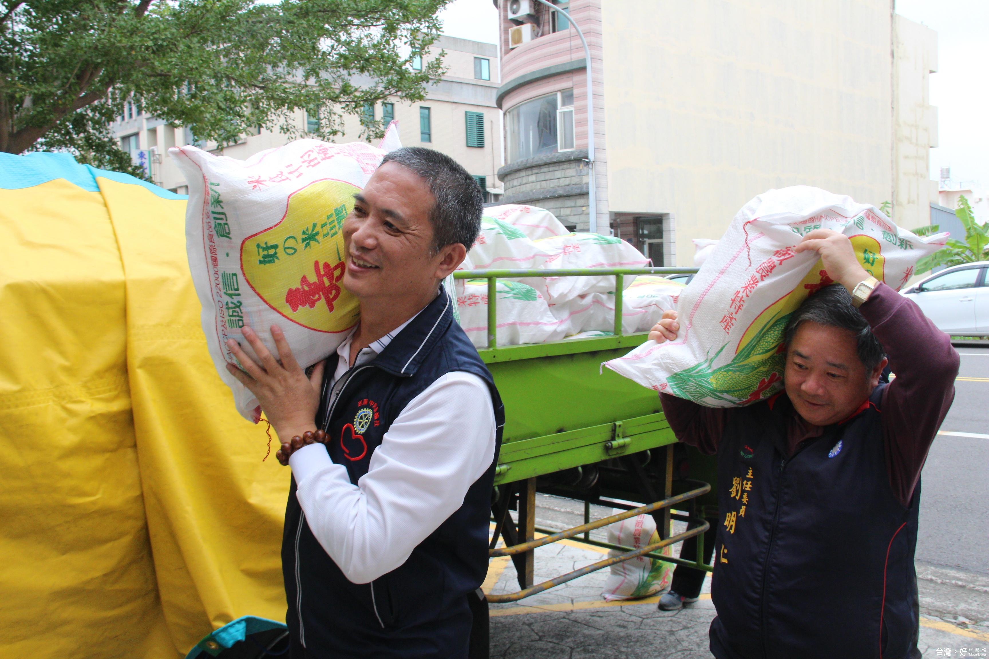 陳松生家族寒冬送暖 捐米濟貧助弱勢過好年