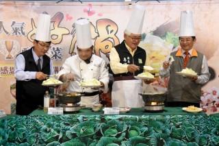 縣長李進勇與副署長蘇茂祥聯合開賣高麗菜,並實作高麗菜美食料理,鼓勵大家一起食用當令雲林在地好食材。(記者陳昭宗拍攝)