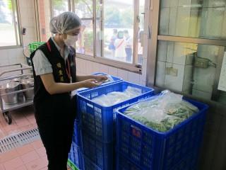 農糧署在各學校抽驗午餐食材農藥殘留情形。