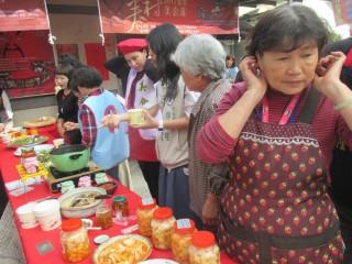 市議員林宜瑾及成功里長金冠宏舉辦「臺南眷村美食節」記者會,眷村婆婆媽媽端出好手藝。