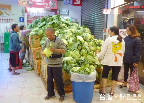 搶救農民心血 量販店購物送高麗菜