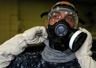 不過勞動部勞動及職業安全衛生研究所提醒,一般活性碳口罩,對清潔劑產生的化學揮發物質防護力差,建議民眾還是戴防毒面具打掃比較好。(圖/Wikipedia)