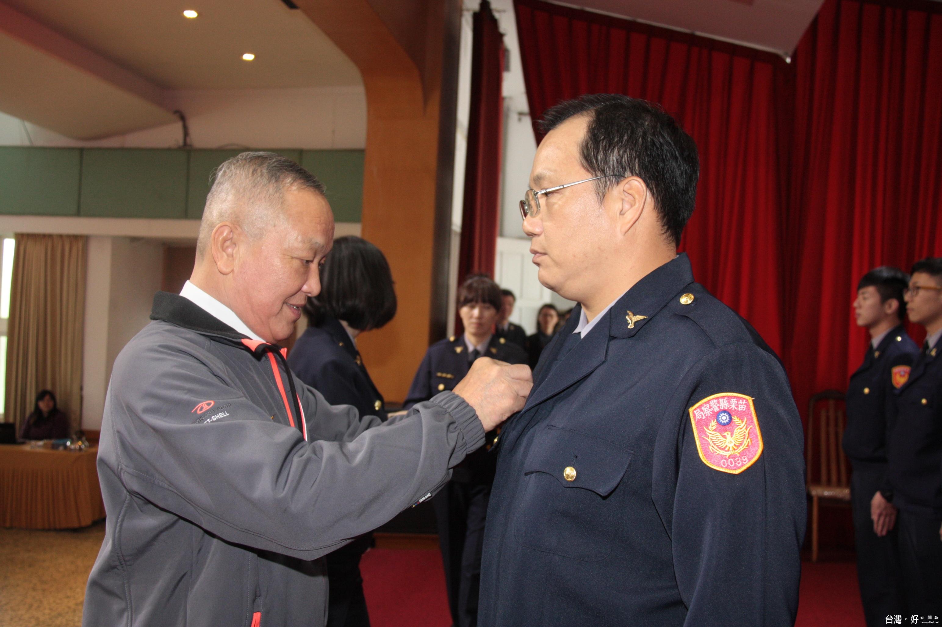 為苗縣晉陞員警授階 徐耀昌表揚為民服務績優人員