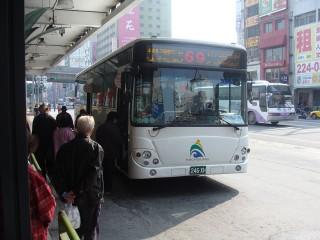 ▲高市府基於付費之公平性,即日起搭市區公車上下車皆需刷卡。(圖/記者許凱涵攝)
