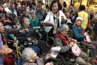 羅東鎮長林姿妙與該鎮養護所長者歲末聯歡。(圖/羅東鎮公所提供)