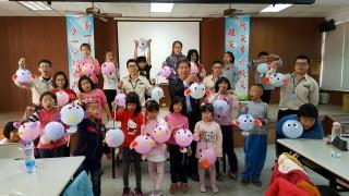 下營區長姜家彬與替代役男展示「金雞報喜燈籠製作」的成果。(記者邱仁武/攝)