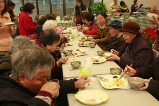頭城農場為聖方濟長者辦理年味飯活動。(圖/記者陳木隆攝)