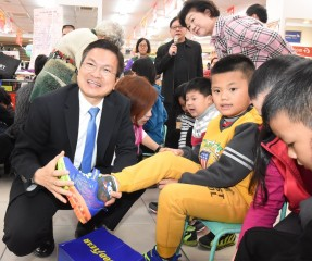 家扶寒冬送暖迎新春 讓孩童穿新鞋過新年