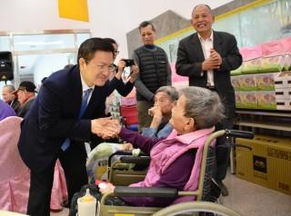 歲末關心獨居老 魏明谷訪二林鎮慈恩致贈加菜金