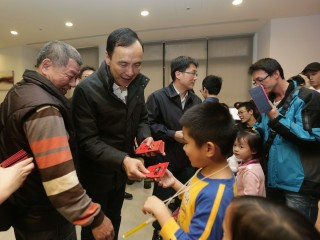 市長朱立倫為了讓青年住宅住戶感受新年喜氣,親自向住戶拜早年發送福袋。(圖/記者黃村杉攝)