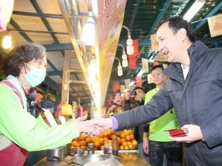 市長朱立倫到汐止黃昏市場,除提前拜年並發送限量發財金給民眾與市場攤商。(圖/記者黃村杉攝)