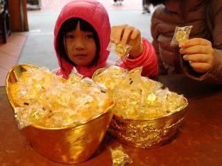 黃金博物館在農曆春節假期免費發送金鑽糖 ,將富貴喜氣與大家分享。(圖/黃金博物館提供)