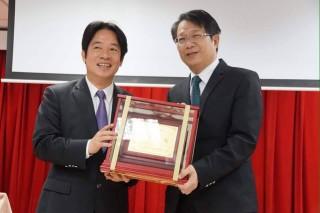 市長賴清德頒贈「功在台南」的獎座,感謝顏純左這6年多來,對台南市政的付出。