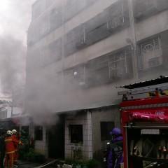 大溪發生火警,濃煙四起,所幸經消防人員滅火獲得控制,無人傷亡。(記者陳寶印攝)