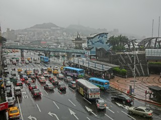 TW_台灣基隆市仁愛區_愛二路_Keelung_McDonalds_Restaurant_window_view_street_traffic_vehicles_n_mountain_rain_Feb-2013