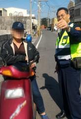 男子因為未戴安全帽遭口湖警方盤查,卻因攜毒心虛露餡遭逮捕。(記者陳昭宗拍攝)