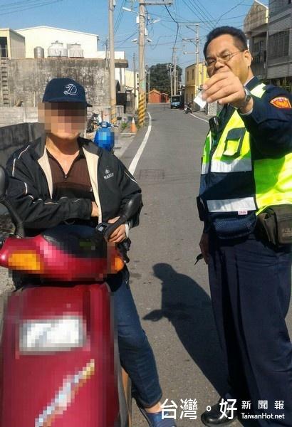 騎車未戴安全帽被攔 警方開單順便逮到毒犯