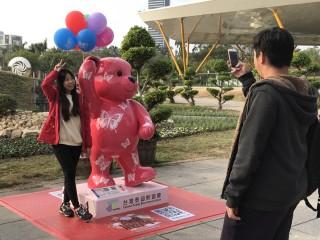▲泰迪熊超萌的模樣吸引民眾駐足拍照。(圖/記者郭文君攝)