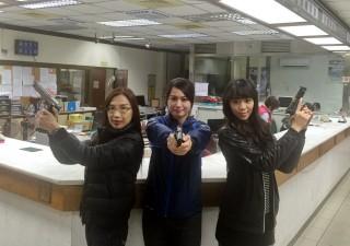 扮演搶匪的3位霹靂嬌娃,偵查隊分隊長劉淑卿(左)、高明派出所葉怡婕(中)、八德派出所樂可涵(右)。