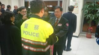 鄭市長頒發慰勞金、春節福袋及茶葉禮盒,慰勉警察同仁的辛勞。
