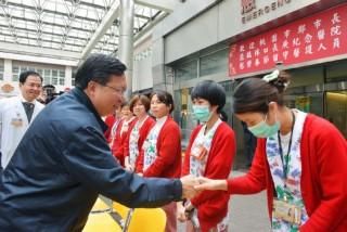 春節前夕,鄭市長特地前林口長庚醫院,對第一線的醫師及護理人員的表達最高的尊崇與敬意。