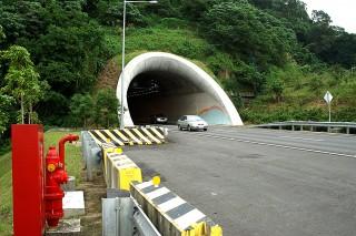 為有效紓解國道5號宜蘭端的車流,並減緩塞車現象,交通部國道高速公路局將雪山隧道的速限調整為最低70km/h,最高90km/h,並從4月10日起嚴格取締龜速車。(圖/Wikipedia)