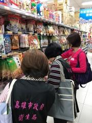 ▲衛生局人員進行年節食品稽查。(圖/記者許凱涵攝)