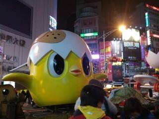 台北燈節主燈「小奇雞」正式亮相。(圖/翻攝自PTT)