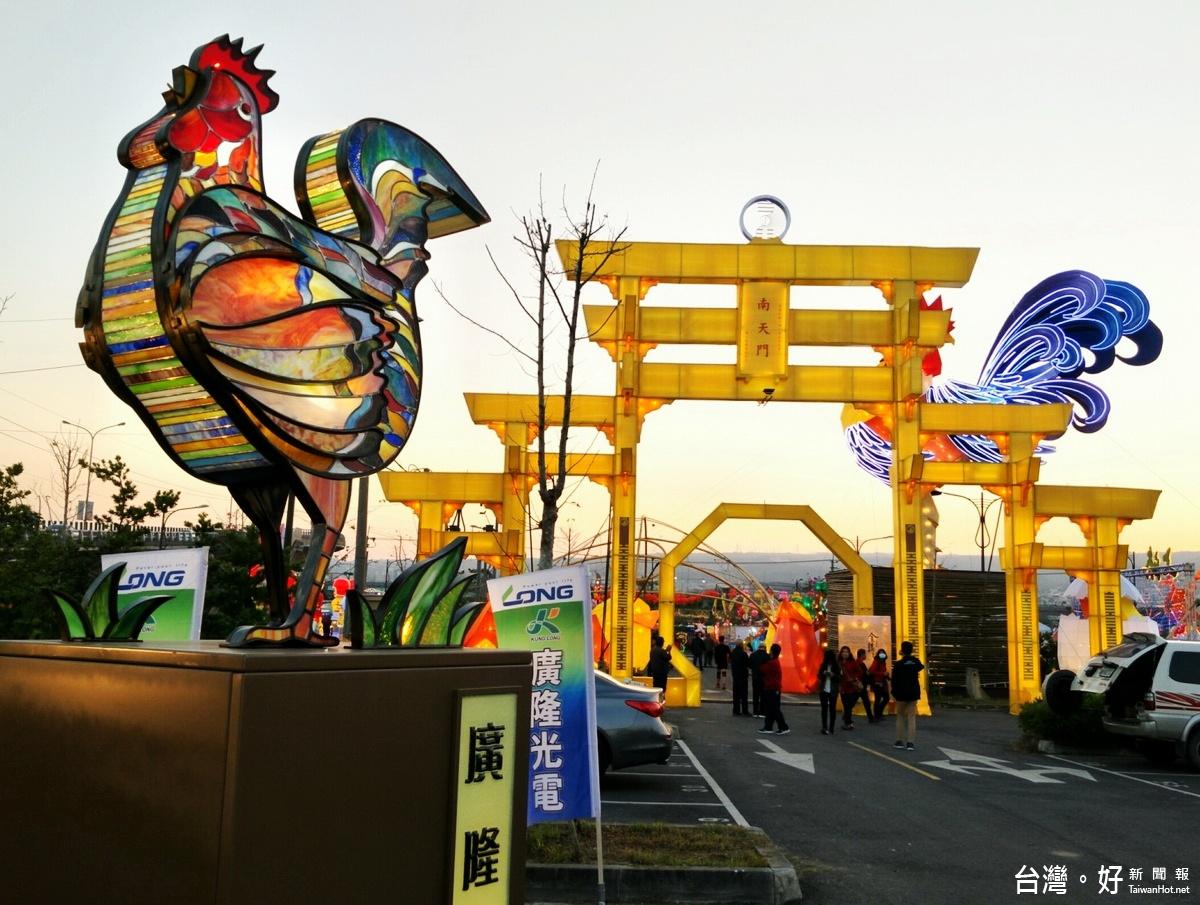 玻璃藝術突破傳統 南投燈會「花燈雞」亮麗吸睛