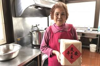 三星大洲村長青食堂阿嬤收到博愛醫院贈送的歲歲平安米。(圖/羅東博愛醫院提供)