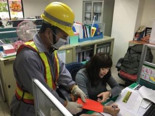 清潔隊員獲民眾致贈開工紅包,繳回政風室,將轉贈急難救助專戶 。