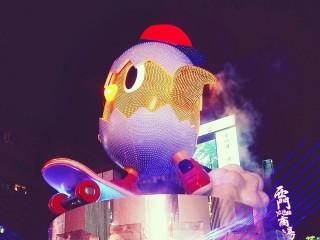 台北燈節主燈「小奇雞」正式點燈,LED動態燈光秀驚艷民眾。