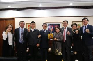 和歌山市議會會長遠藤富士雄、副會長寒川篤及松井紀博等,拜會議長賴美惠。