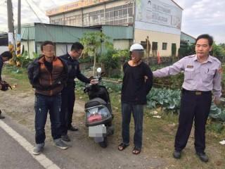 公正所警員發現有2名毒蟲騎車不時東張西望行跡可疑,攔查時還加速逃逸,通報警網將2人逮捕。(記者陳昭宗拍攝)