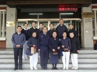 台南慈警會特別攜帶水果、小點心至警察局第六分局慰問員警,贈送木雕吊飾、靜思語紙籤等溫馨小物。