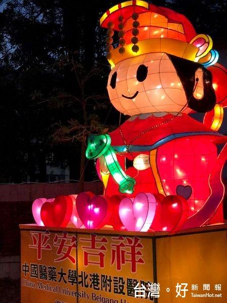 2017台灣燈會/4公尺Q版「醫生媽」人氣高 民眾爭相拍照