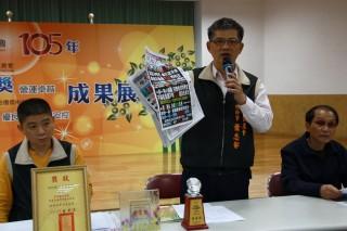 草屯農會總幹事蕭忠郁指對手以大量黑函抹黑影響金融。(記者扶小萍攝)