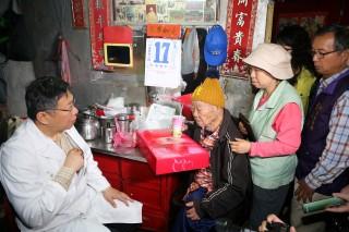 18日台北市長柯文哲在台北市立聯合醫院的安排下,進入社區擔任一日社區醫師,關心多位獨居及弱勢長者在健康與生活上遇到的困難和需求。(圖/台北市政府)