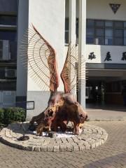 50餘年桃花心木被颱風吹倒 台東高商請木雕大師創作重生