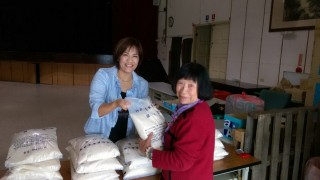 竹山鎮公所食物銀行於21日上午開倉賑糧,救助低收入戶、經濟弱勢家庭等符合社會救助法、社會福利法暨相關法規認定之對象,共計發放26,250公斤的白米