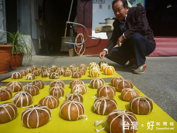 酸柑茶的製作過程需經九蒸、九曬,碩大的橘子用棉繩五花大綁、並放在陽光下曝曬,現已罕見有人製做。(記者黃玉鼎攝)