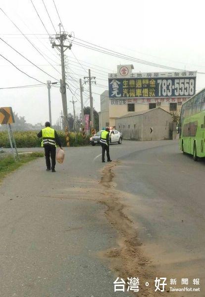 道路油漬造成騎士摔倒 警清除確保用路人安全