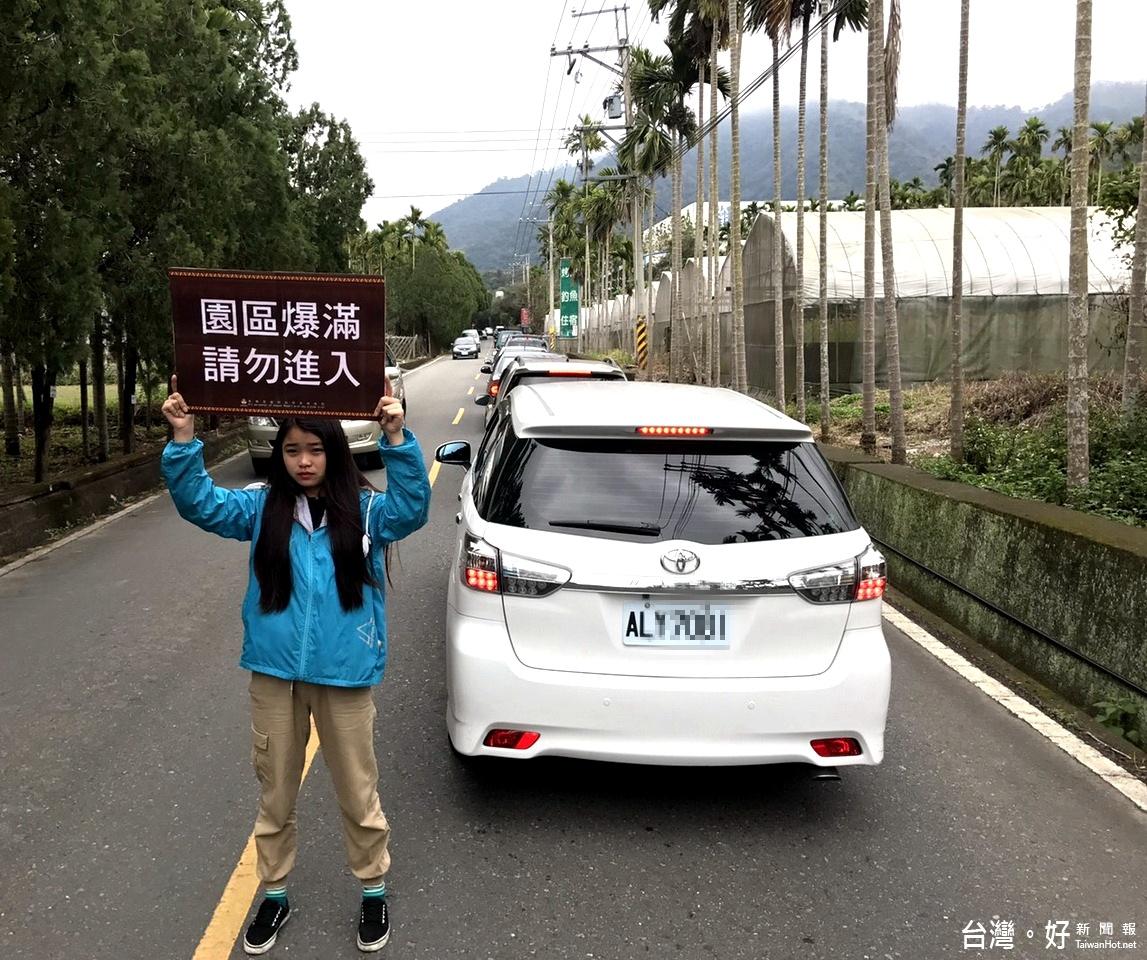 228連假 泰雅渡假村停車場爆滿、車潮數公里