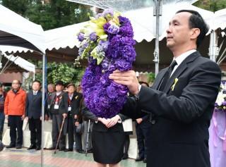 市長朱立倫親自向228亡靈獻花及默哀,表達對受難者的追思與敬意。(圖/記者黃村杉攝)