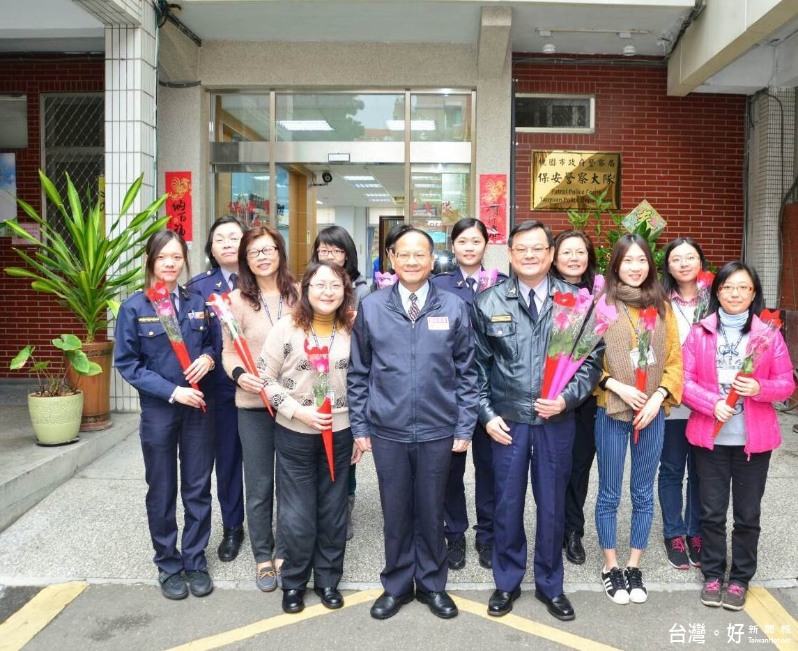 歡慶婦女節   桃市警局獻玫瑰花點亮感恩心