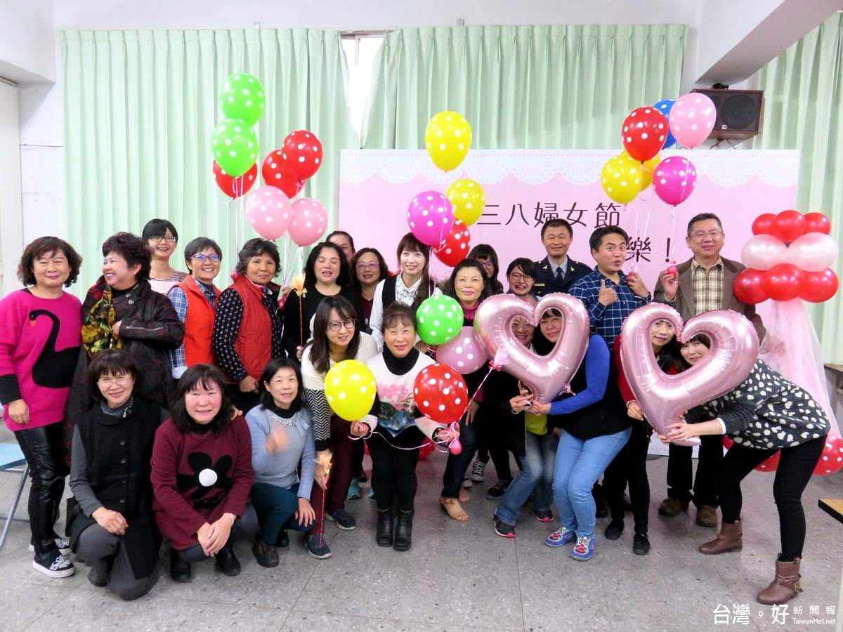 三八婦女節 竹山分局向女性同仁祝賀贈花