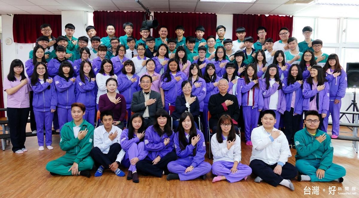 師忍痛坐輪椅上台指揮 竹高合唱團唱出全國「特優」佳績