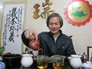 資深茶師陳錦昌四處演講推廣名間好茶及老茶。(記者扶小萍攝)