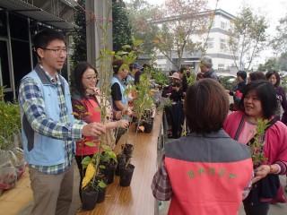 民眾排隊索取七里香木槿等苗木,各類樹苗都很搶手。(記者扶小萍攝)